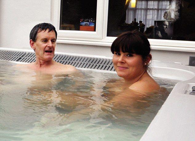 Нудисты в спа-комплексе отеля, Великобритания.