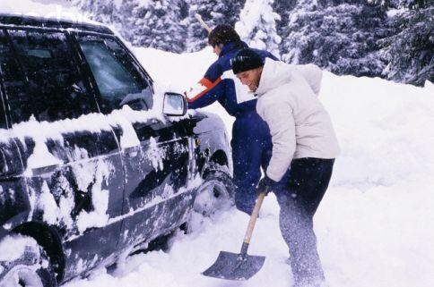 masina-dezapezita-iarna-cu-lopata