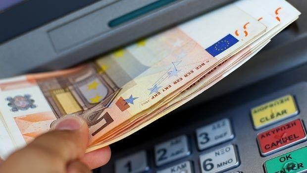 Bancombatul-care-da-gratuit-100-euro-atm-coca-cola