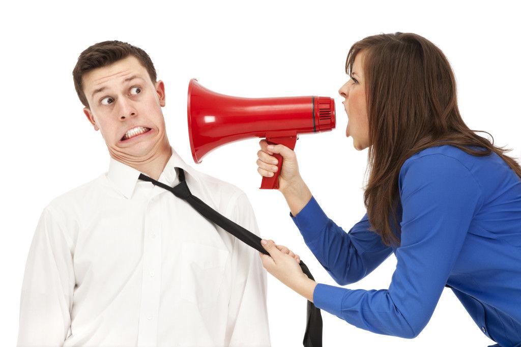 Woman-yelling-in-megaphone_tipam_unul_la_altul_urlam_ego_time