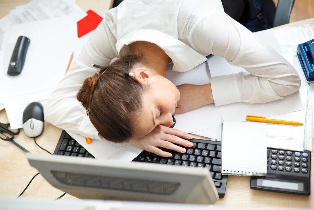 TRUCURI-care-te-ajută-să-stai-treaz-când-eşti-obosit