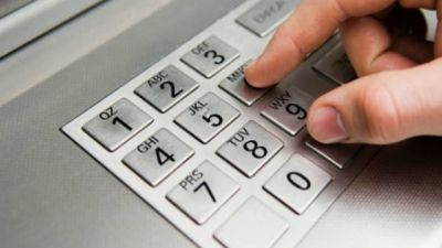 Băncile din România sunt campioane la comisioane. Românii pierd sute de lei în fiecare an doar pentru că îşi verifică banii din cont la bancomat sau scot bani de pe card.